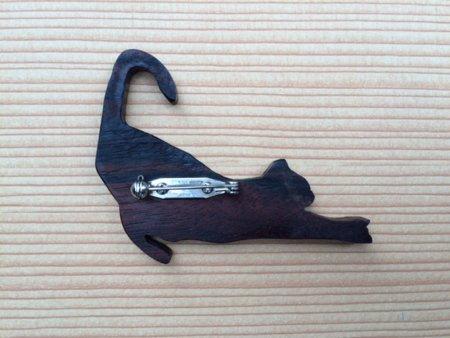 木のブローチ 背伸び猫(左)
