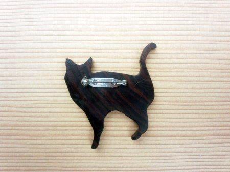 木のブローチ 喜び猫