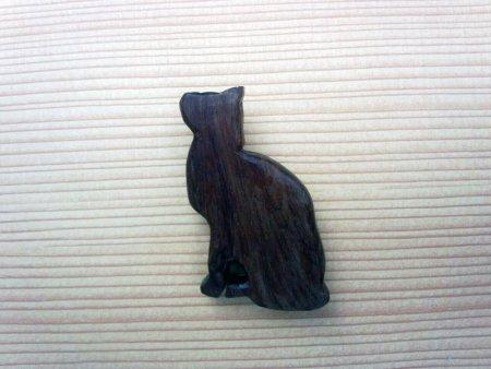 木のブローチ 見つめる猫